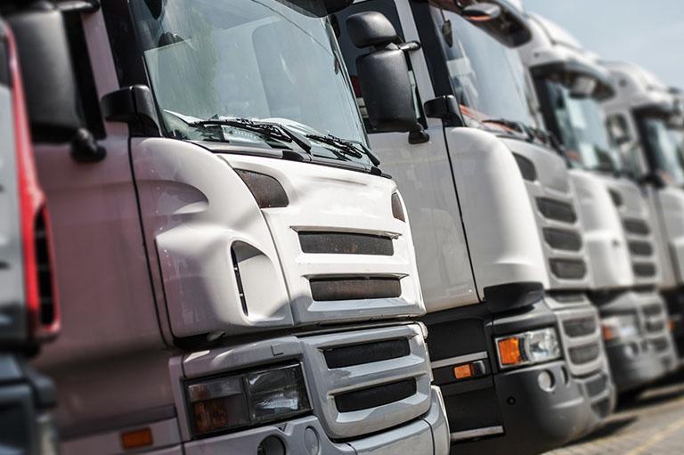 Białe ciężarówki wrzędzie